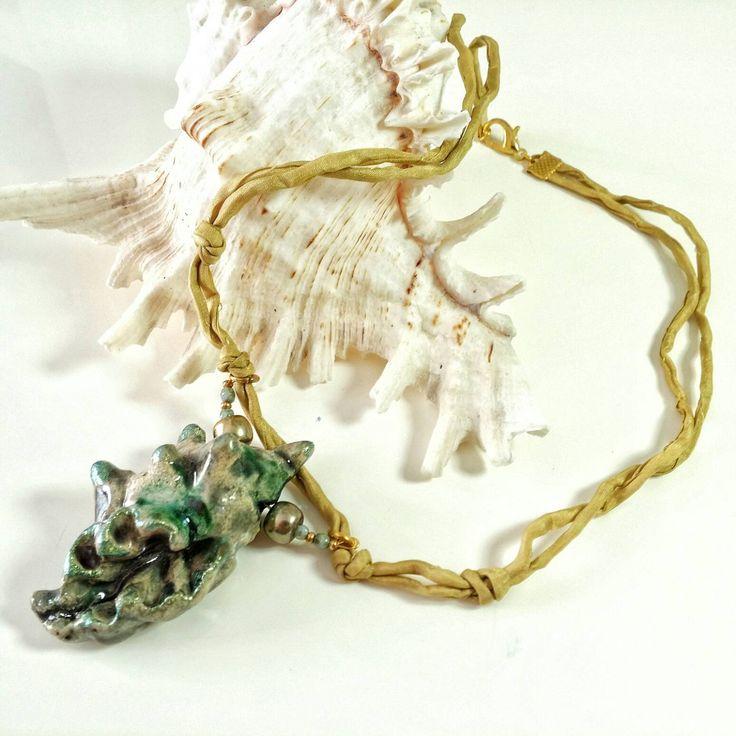 Collana  con pendente conchiglia in ceramica montata su un cordoncino di seta
