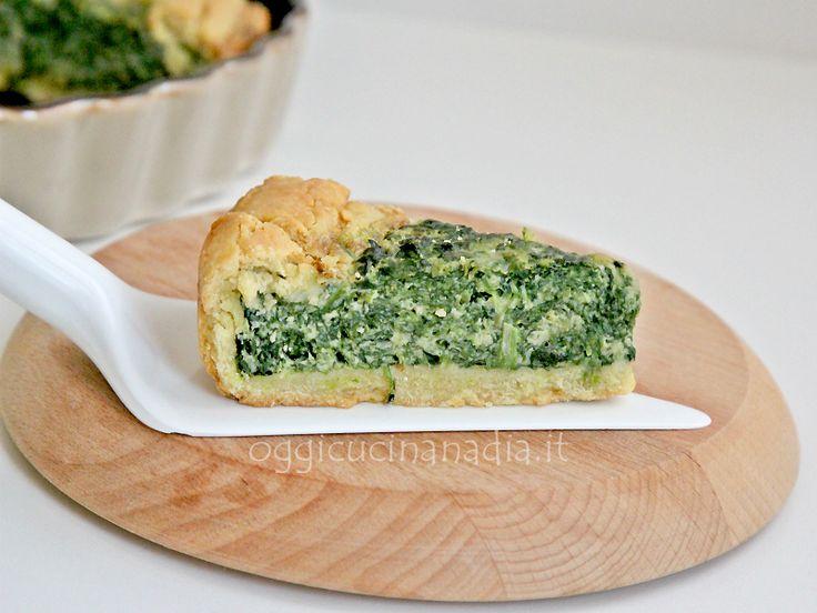 La crostata salata agli spinaci è una ricetta vegetariana con frolla salata che può essere servita in monoporzione come antipasto oppure come secondo piatto