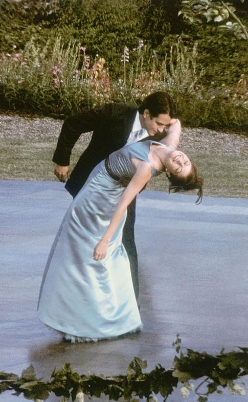 Still of Dermot Mulroney and Debra Messing in The Wedding Date (2005) http://www.movpins.com/dHQwMzcyNTMy/the-wedding-date-(2005)/still-688232448