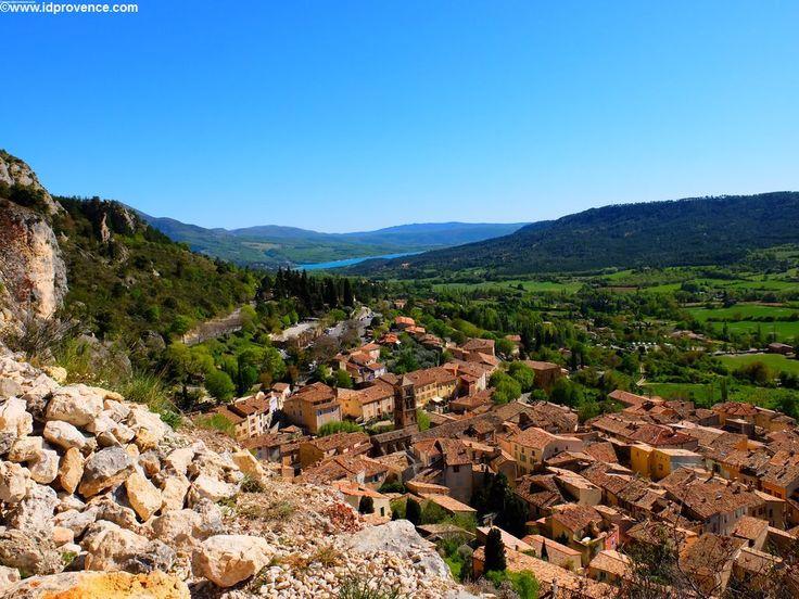 Die Stadt Moustiers-Sainte-Marie in der Provence. Von oben hat man einen herrlichen Blick Richtung Gorge du Verdon und dem Lac St Croix