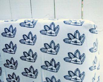 Artículos similares a ORGÁNICO personalizado 3 pieza coral y aqua bebé ropa de cama-cuna falda, sábana bajera, cambio de cubierta de la almohadilla-hecho a la medida en Etsy