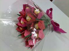 Nada melhor do que receber flores e bombons! Que tal juntar as duas coisas? Flores que não murcham e ainda por cima recheadas com bombom! Um super buquê com uma dúzia de tulipas embaladas em papel celofane e com laço de fita.