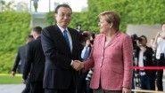 Bundeskanzlerin Angela Merkel (r, CDU) begrüßt Li Keqiang, Ministerpräsident der Volksrepublik China vor dem Bundeskanzleramt in Berlin mit militärischen Ehren. (picture alliance / Bernd von Jutrczenka/dpa)