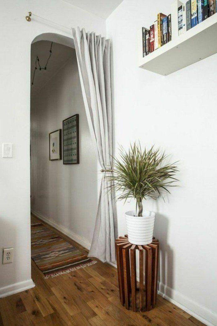 entre chic avec rideau de separation beige sol en parquet mur blanc plantes vertes