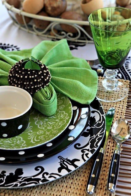 Great use of emerald tones to jazz up a tablescape!