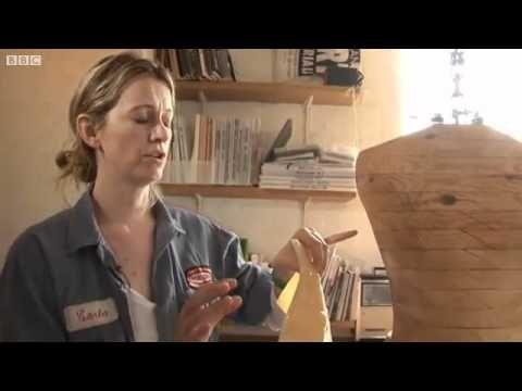 Designer Suzanne Lee laat het proces zien van haar BioCouture.  0:37 – 1:06: In een kleine glazen bak ligt een membraan te groeien. Onder dit membraan ligt een komboucha. Het is een symbiotische cultuur van bacteriën en gist. Dit start het groeiproces van de andere lagen. De moederbacterie moet dus altijd in een bad erbij liggen.   1:06 – 1:30: Naast de komboucha voegt ze er groene thee en suiker bij, na 2 weken kan er geoogst worden. Daarna kan ze het direct om een mal vormen.