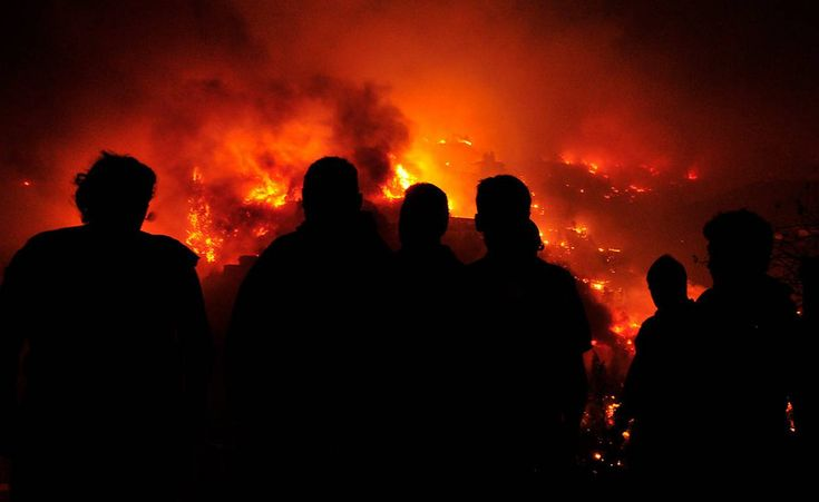Devastadoras imágenes nocturnas del incendio forestal en Valparaíso.