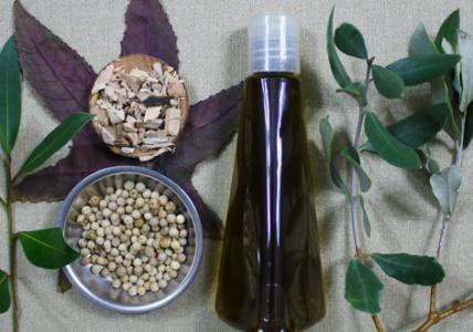 """Recette : Huile de """"Serpent"""" (100% Vegan) - Aroma-Zone Originaire du Moyen-Orient, l'huile de Serpent tient sa réputation de son nom intriguant et de sa redoutable efficacité pour embellir la chevelure. Rassurez-vous, vous ne trouverez nul venin de Serpent dans cette huile 100% Vegan, composée d'une puissante synergie d'huiles végétales et d'huiles essentielles.  Fortifiante, anti-chute, antipelliculaire, réparatrice, stimulante, volumatrice, protectrice... cette huile magique au parfum…"""