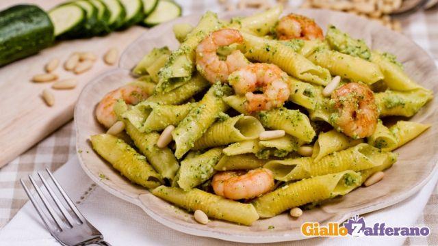 I garganelli con pesto di zucchine e gamberetti sono un primo piatto appetitoso, veloce da preparare e dal sapore fresco ideale per la stagione estiva.