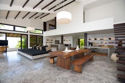 Tropische interieur van Villa of the Rising sun