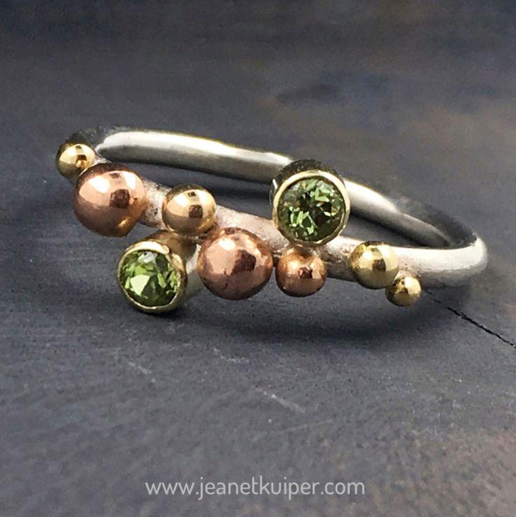 balletjesring zilver, rood-  en geelgoud met peridots www.jeanetkuiper.com