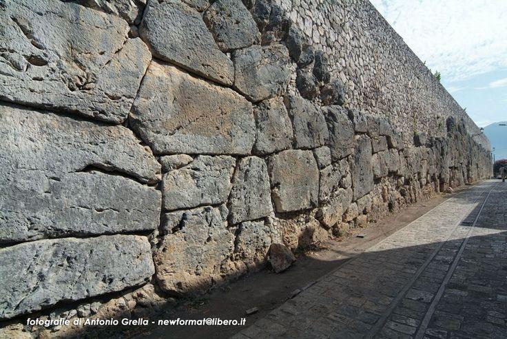Mura ciclopiche che circondavano Micene.