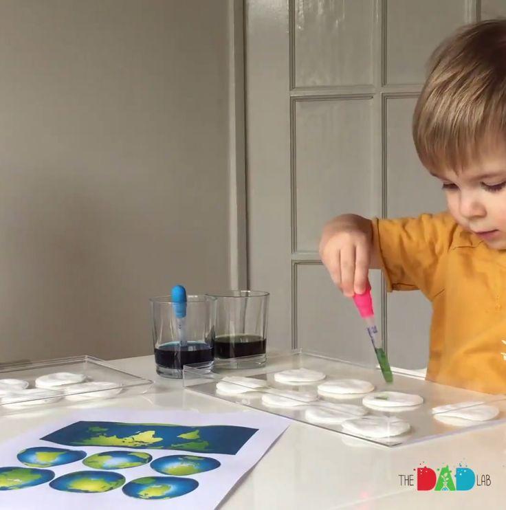 Skapa jorden Detta pyssel är väldigt roligt tycker vi. Försök kopiera jordens utseende genom att droppa blå och grön färg (utspädd) på bomullspads. Enkelt och billigt pyssel för barnen! Glöm inte att skriva ut originalet på papper så barnen vet vad de ska efterlikna 🙂 Testa gärna! Följ instruktionsvideon: Beskrivning Inspiration tagen från The Dad …
