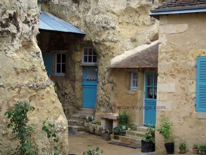Trôo: Habitation troglodytique (maison creusée dans la falaise) avec portes et volets bleus - France-Voyage.com