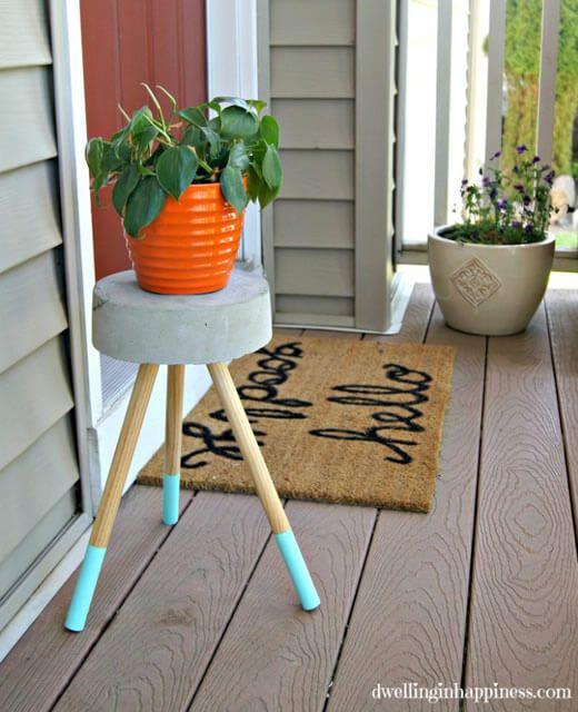 O banquinho de concreto é uma peça perfeita para você levar pouquinho do clima industrial para a sua casa. Veja o passo a passo e produza o seu!
