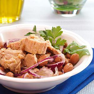 Peulvruchten zijn veelzijdig: koud, warm, in een dip, soep of salade. In dit zomerse saladerecept combineert Zij van GreenAge borlottibonen met tonijn, rode ui, olijfolie en citroen. Voor een zonnige lunch of als licht diner. In plaats van tonijn kun je trouwens ook (gestoomde of gerookte) makreel of sardines van de gril gebruiken!
