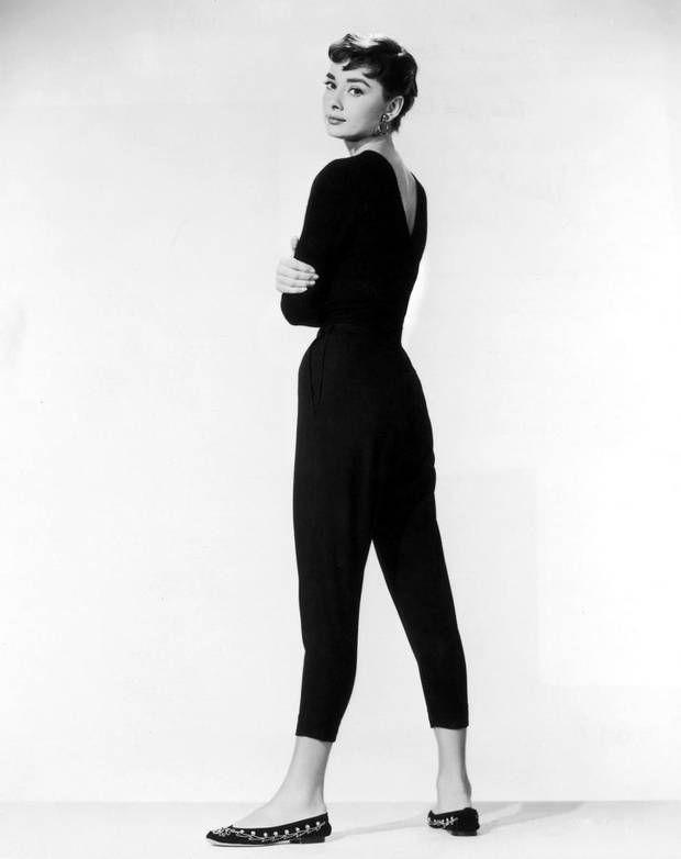 """Audrey Hepburn var 1950'ernes drengede beatnik med capribukser, herreskjorte, flade sko og korthårsfrisure, kaldt """"the coconut"""" på grund af det takkede pandehår. Foto: Polfoto"""