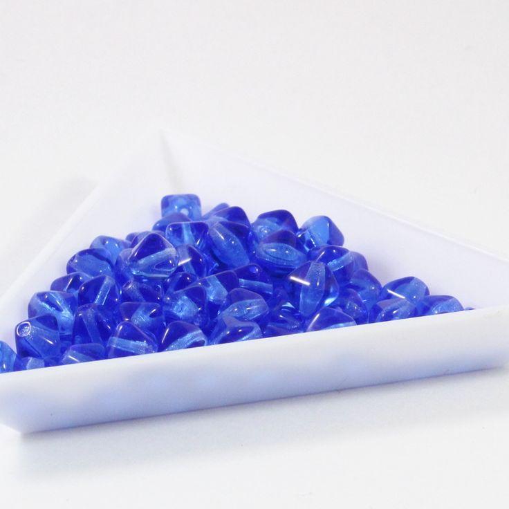 Modré tmavé pyramidy 6 mm 40 ks Velikost 6 mm, sytě safírová barva Cena za 40 kusů Vyrobeno na Jablonecku