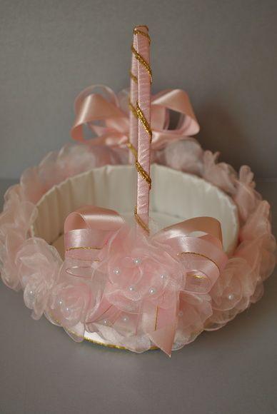 cesta de florista ,cor de rosa,forrada em cetim e botoes de rosa em gazar salpicada de perolas, COM DETALHES DOURADO.