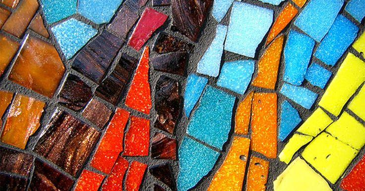 Cómo hacer cuadros de mosaico. Los cuadros de mosaico consisten en la utilización de pequeños trozos de materiales, como azulejos o piedras, para hacer un cuadro más grande. El arte del mosaico data del siglo IV a.C. A menudo, se los utiliza para el diseño de interiores sobre superficies como paredes y muebles, pero también lucen maravillosos enmarcados. Pensándolo de manera ...