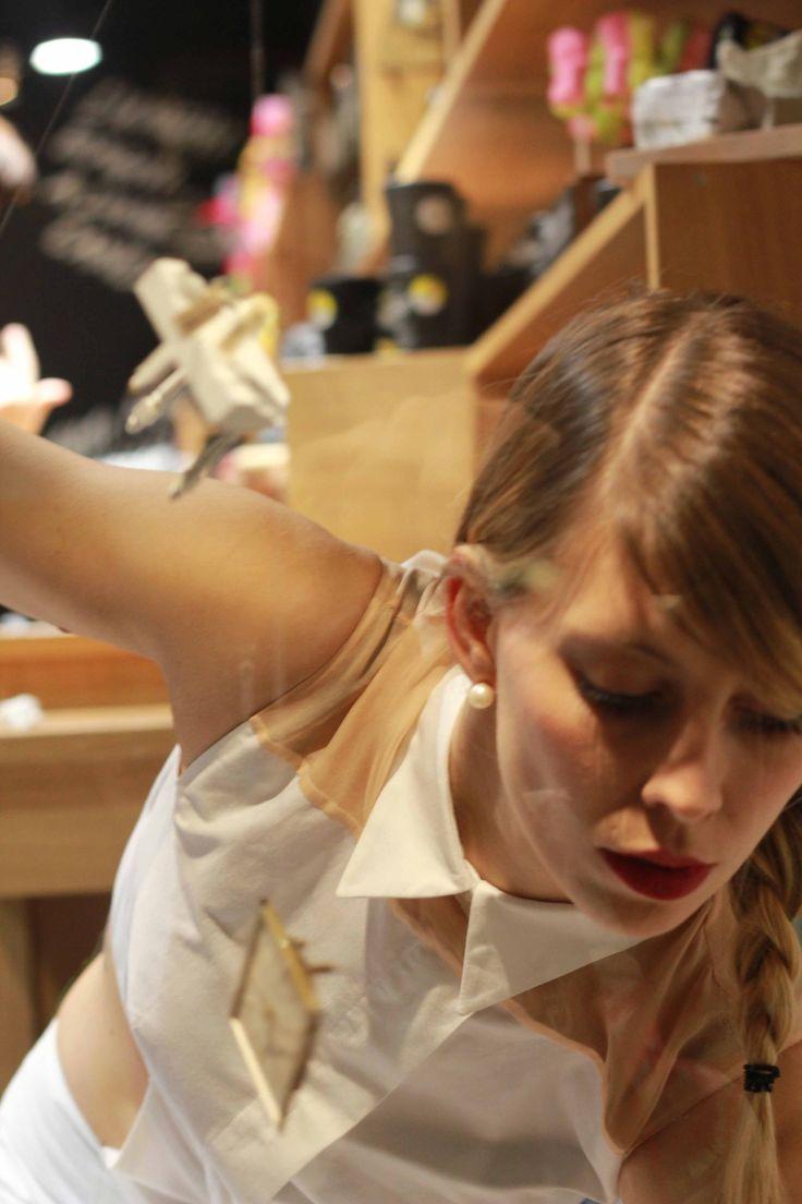 Hotel delle Memorie, contenitore di ricordi di Linda Ferrari e Francesca Lolli  Siamo state felici di esibirci in due appuntamenti speciali durante la settimana del Salone del Mobile. Per l'occasione le vetrine della boutique Lush di Via dei Fiori Chiari (Brera), 6, Milano, hanno ospitato due performance volte ad esplorare il concetto di tempo e di identità.