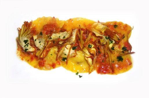 Ravioli di pesce con salsa di ricci di mare e carciofi croccanti