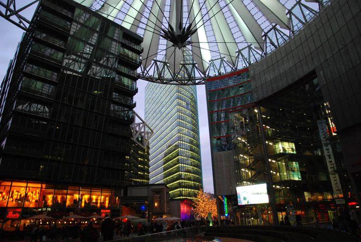 Potsdamer Platz - Espécie de mini-cidade moderna construída entre as antigas pedras de Berlim. Há uma infinidade de lojas e ali estão as grifes mais conhecidas do mundo. Para muitos alemães, o surgimento da mega-construção entra em choque com a antiga arquitetura cultural da cidade.