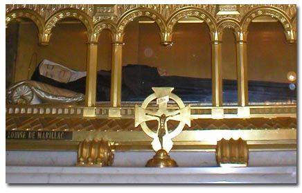 Santa Luisa de Marillac Fundadora de las Hermanas Vicentinas (1591 †1660).Cuando su cuerpo fue exhumado en 1712 por el Arzobispo de París, dos obispos, dos promotores de la fe, un doctor, un cirujano y un número de sacerdotes de su orden, todos ellos quedaron asombrados al ver que su cuerpo, que debía estar descompuesto tras 52 años de sepultura, parecía recién enterrado.