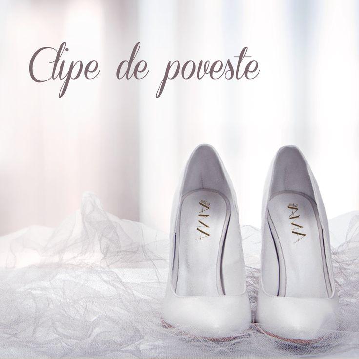 Pantofi albi cu toc patrat. Model potrivit ca si pantofi de mireasa.