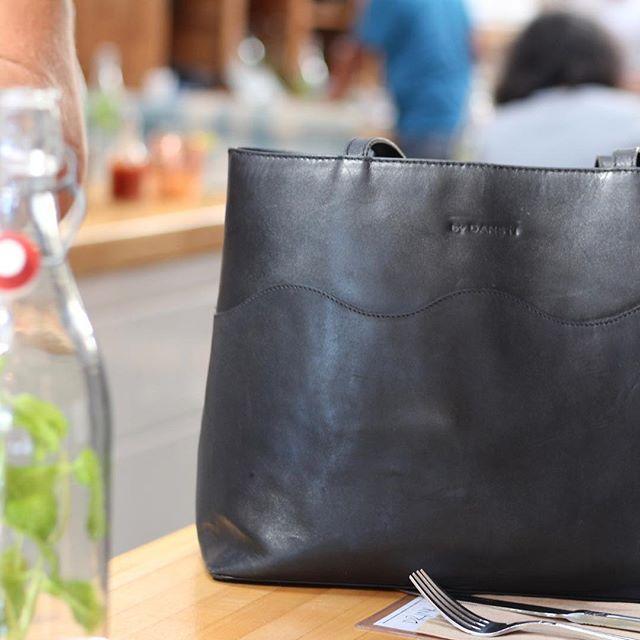 Lunch break - www.bydansti.com✨ #bydansti #bags #handbag #totebag #leather #vegetabletanned #losangeles #travel #thebutchersdaughter #abbotkinney #juice #water #love #café #break #scallops #scandinaviandesign #scandinavianbrand #blog #blogpost #blogger #onlinestore #shop #veske #norsk #nettbutikk #vesker #venice #julegave