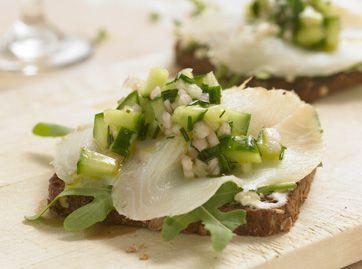 Røget hellefisk med agurk   Sprødt rugbrød fungerer rigtigt godt sammen med den salte hellefisk og de milde sød-sure agurker