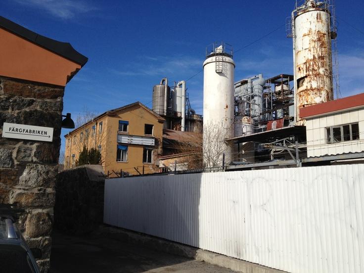 En gammal kolsyrefabrik bredvid Färgfabriken.