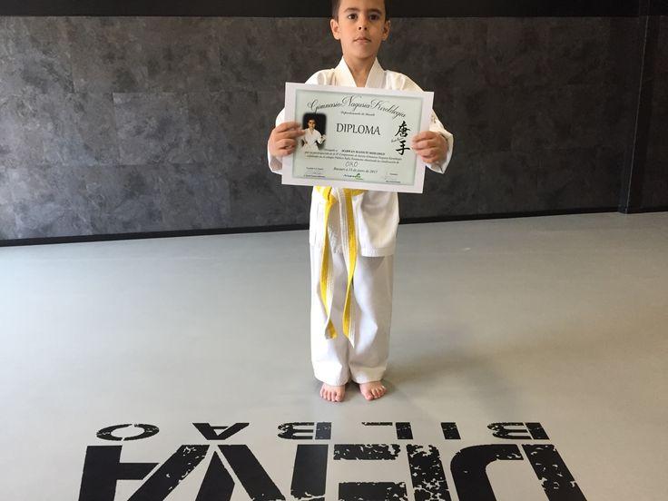 Un alumno de Dena Karate Club Deportivo posa con su primer diploma.