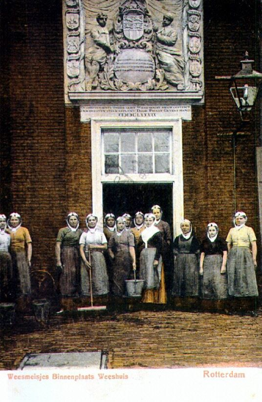 Weesmeisjes voor de ingang van de keuken van het Burgerweeshuis aan de Goudsewagenstraat. Rotterdam 1905 #ZuidHolland #Rotterdam #wezen #gereformeerd
