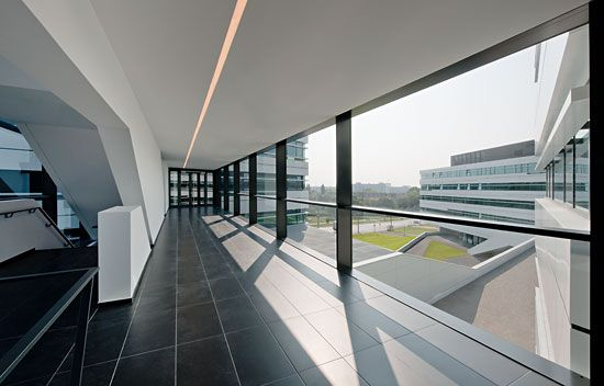 DELUGAN-MEISSL - FH CAMPUS VIENNA ALUCOBOND® Light Grey Shine Photo: Herta Hurnaus