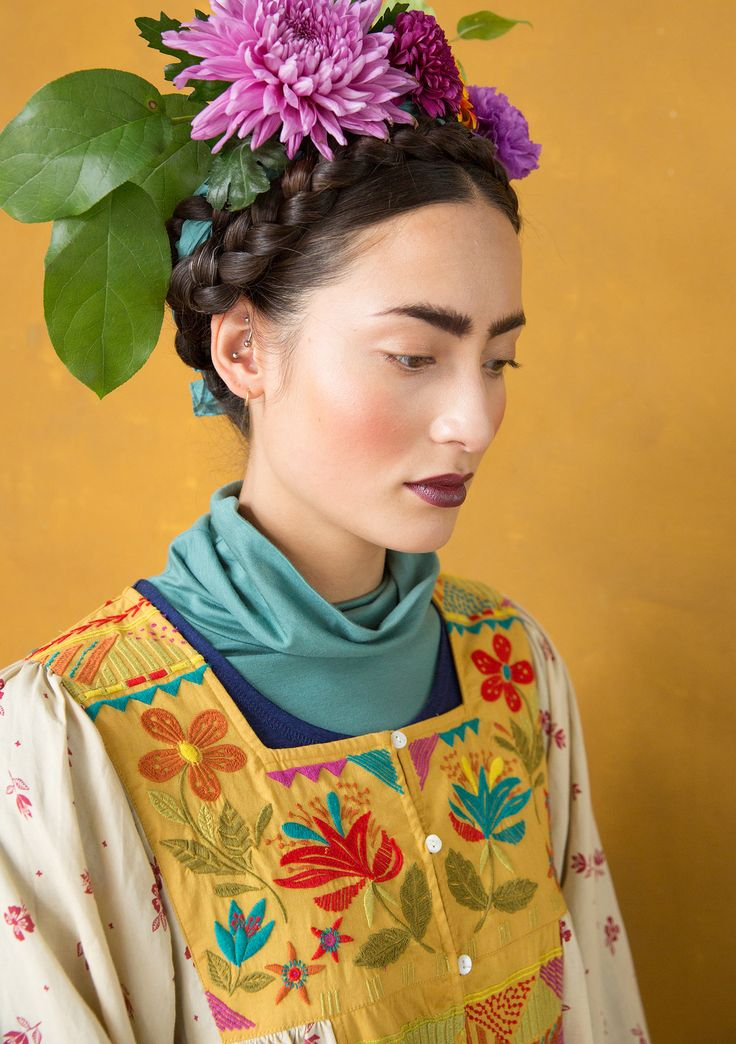 """Inspiration Frida Kahlo – GUDRUN SJÖDÉN – """"Luisa"""" tunic in viscose/linen Like a Mexican dream, our """"Luisa"""" tunic features pretty floral print at the bottom hem and a lavishly embroidered yoke at the front and back. With mother-of-pearl buttons and a concealed front pocket, this is love at first sight. Standard fit, but generous fit over the hips. Sizes up to XXL Article number 67608 Price £ 139 Club price £ 119"""