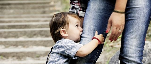 Cliquez ici pour mieux comprendre l'enfant qui mord et découvrir toutes les astuces que vous pouvez mettre en place pour l'aider à faire autrement !
