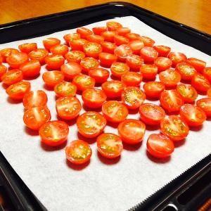 ドライトマトは、パスタにからめたり、メイン料理の付け合わせとして出したり、調味料になったり、けっこう重宝するんですよね。ミニトマトをセールでいっぱい買っちゃった時なんかは、半量をこのレシピでドライトマトにしておくことをお薦めしたいです。