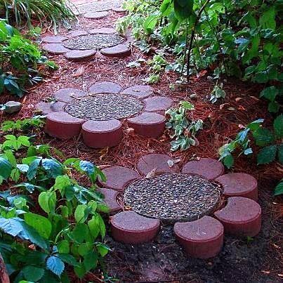 DIY Flower stepping stones  Photo: EASY DIY Flower Garden Pathway