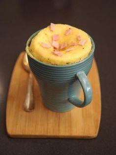 -1 oeuf -1 cuillère à café de levure chimique -2 cuillères à soupe de lait -1 tranche de jambon -2 cuillères à soupe d'emmental râpé -1 tranche de 1 cm de beurre (25g) -3 cuillères à soupe de farine