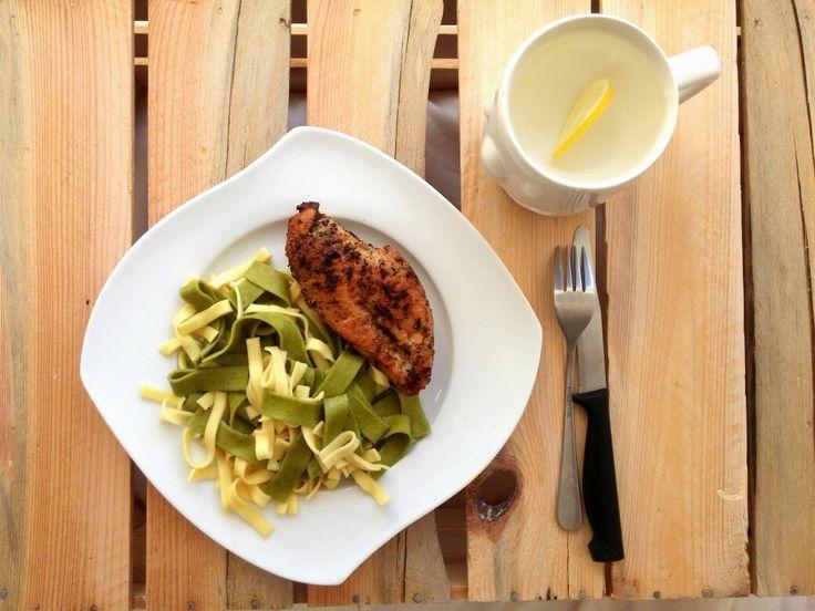 Sobotni obiad: pieczona pierś z kurczak w przyprawach, mieszany makaron ze szpinakiem i pszenny. Do tego woda z cytryną 😉 --> Zapraszam moją stronę na fb https://m.facebook.com/eatdrinklooklove/ ❤  Saturday's dinner: roast chicken breast with spices, pasta mixed with spinach and wheat. For this water with lemon 😉 --> I invite my page on fb https://m.facebook.com/eatdrinklooklove/ ❤