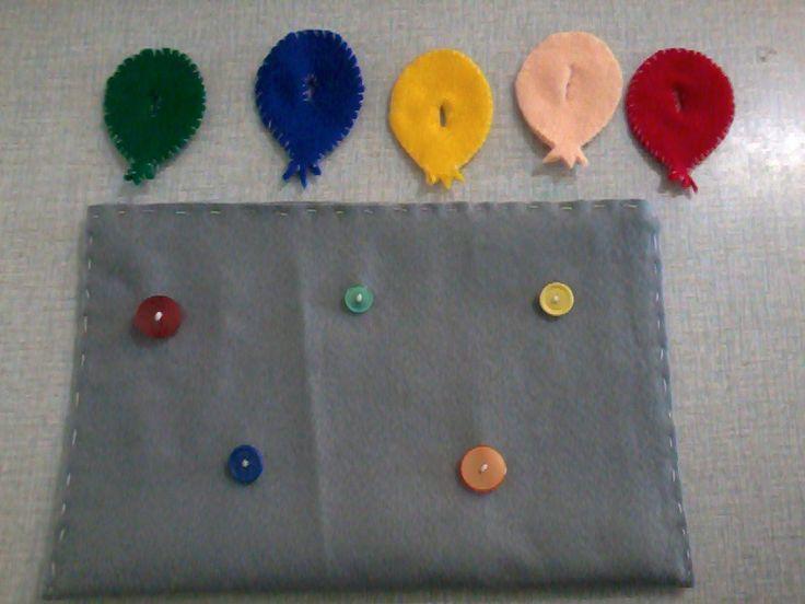 Zelf gemaakt. Ballon bij de juiste kleur knop hangen. Fijne motoriek!
