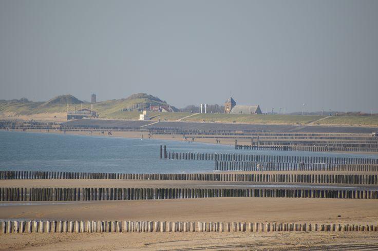 Foto vanaf het strand met Zoutelande op de achtergrond