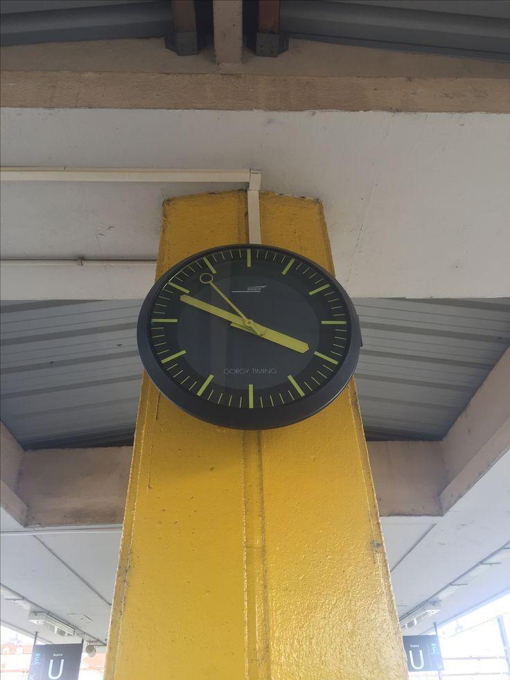 les 34 meilleures images du tableau horloges gorgy timing sur pinterest gare angles et carr s. Black Bedroom Furniture Sets. Home Design Ideas