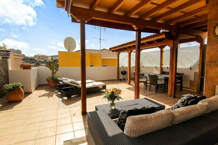 Beautiful semi detached house in the exclusive residential area of Loma II (Arguineguin); spacious and ideal for a large family as it has three bedrooms.<br><br