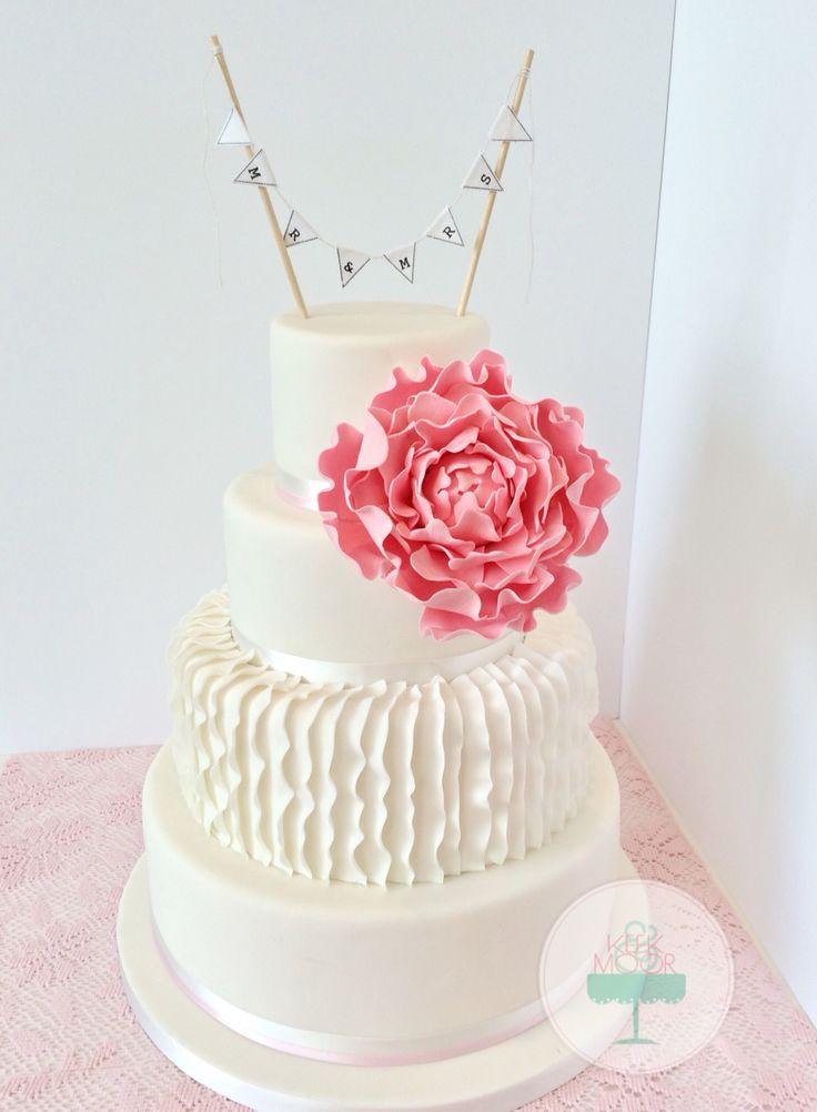 Ruffled wedding cake with peonie  made by KEEK&MOOR