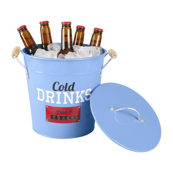 Wat drink jij het liefst bij de BBQ? Of het nu een biertje, wijntje of fris is: koel is het het lekkerste! Met deze ijsemmer is dat geen probleem: zet hem naast de tafel, en de drankjes blijven heerlijk koud! Zo hoef je niet steeds naar de koelkast te lopen.