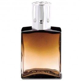 Lampe Capri Ambre. Une lampe en verre dont la forme évoque un flacon de parfum = un modèle aux lignes simples et épurées qui s'intégrera parfaitement dans un intérieur masculin.