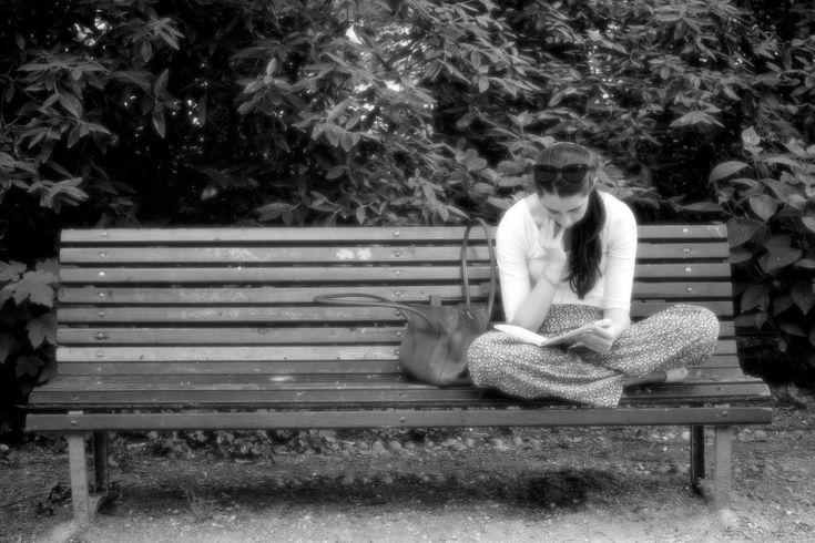 """Parco Sempione di Milano - fareluogo.it: Donne che leggono al parco-  Perchè una panchina è fatta anche per leggere, come una sedia in biblioteca o a scuola o una poltrona in casa.  La panchina è un oggetto meraviglioso, che aspetta sempre qualcuno, immerso in una sorta di solitudine accogliente, protesa all'altro.  Ed è forse proprio quando riceve un amante di letture e di libri che dispiega la sua essenza, la sua """"panchinità""""."""