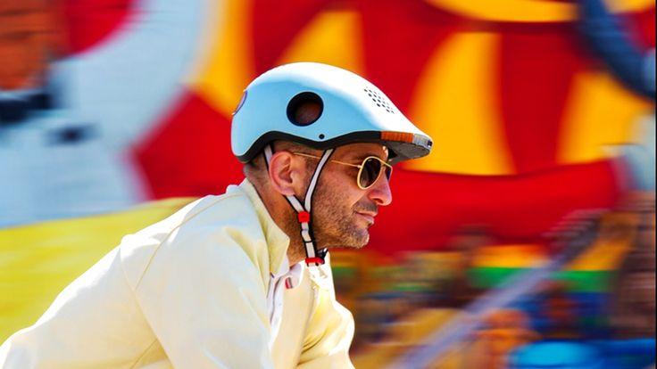 CLASSON(クラソン)は、後方から接近する車検知、ブレーキランプ、カメラを搭載した自転車ヘルメットです。このヘルメット一個だけでいろいろな機能を積んでいるところが特徴です。 使い方 Classonヘルメットは、前方と後方にカメラを備えています。    後方から車が接近してきても、普通なら振り返らないと見ることができません。しかしClassonはカメラにより車を検知し、車が接近してきた場合にライトが光って教えてくれます。(下の写真